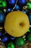 金黄苹果和圣诞节装饰背景 库存图片
