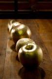 金黄苹果和桔子 免版税库存图片