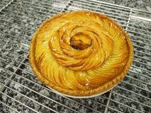 金黄苹果馅饼,大理石表面 免版税库存照片