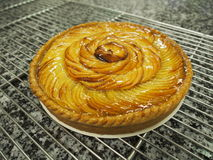金黄苹果馅饼,大理石表面 库存图片