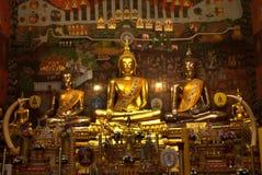 金黄菩萨在Wat Phanan Choeng,阿尤特拉利夫雷斯,泰国 免版税库存图片