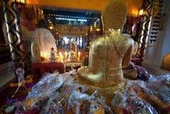 金黄菩萨在Wat Phanan Choeng,阿尤特拉利夫雷斯,泰国 库存图片