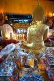 金黄菩萨在Wat Phanan Choeng,阿尤特拉利夫雷斯,泰国 免版税图库摄影