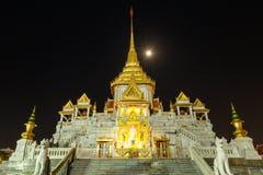 金黄菩萨的Wat Traimit寺庙夜视图曼谷`的s唐人街 免版税库存图片
