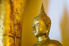 金黄菩萨雕象在Wat Phra那条Si Chom皮带Worawihan 库存照片
