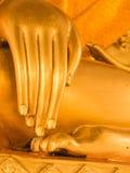 金黄菩萨雕象的手和脚在泰国佛教徒临时雇员的 库存照片