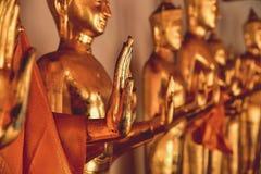 金黄菩萨雕象的祝福手 免版税库存照片