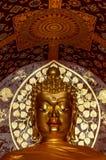 金黄菩萨面对在Wat有buddist装饰的切特Yot 免版税库存图片