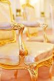 金黄葡萄酒扶手椅子 库存照片