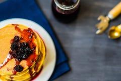 金黄薄煎饼可口用黑莓和黑莓阻塞 库存图片