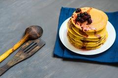 金黄薄煎饼可口用黑莓和黑莓阻塞 免版税图库摄影