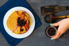 金黄薄煎饼可口用黑莓和黑莓阻塞 免版税库存照片