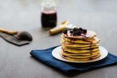 金黄薄煎饼可口用黑莓和黑莓阻塞 图库摄影