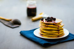 金黄薄煎饼可口用黑莓和黑莓阻塞 库存照片