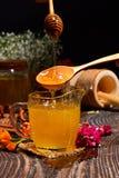 金黄蜂蜜和五颜六色的花 免版税图库摄影