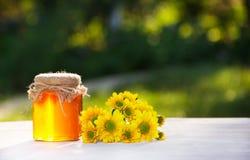 金黄蜂蜜和黄色花 概念季节性分隔的白色 复制空间 库存照片