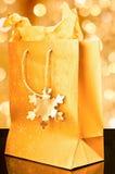 金黄袋子的礼品 免版税图库摄影