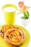 金黄褐色烘烤了酥皮点心、牛奶和花 库存图片