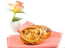 金黄褐色烘烤了酥皮点心和花早餐 免版税图库摄影