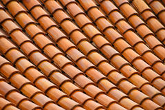 金黄褐色给上釉的亚洲古色古香的屋顶盖瓦 免版税库存图片