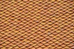 金黄褐色给上釉的亚洲古色古香的屋顶盖瓦 免版税图库摄影