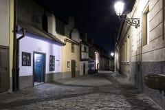 金黄车道的小的房子在Hrandcany城堡在夜,布拉格,捷克里面 免版税库存图片