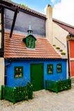 金黄车道的,普拉哈小的中世纪房子 免版税库存图片