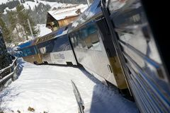 金黄通行证火车在瑞士阿尔卑斯连接蒙特勒到卢赛恩 库存照片