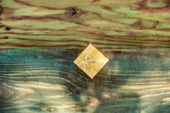 金黄配件箱的礼品 免版税库存图片