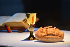 金黄酒杯,面包 图库摄影