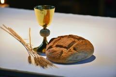 金黄酒杯,面包 免版税库存照片