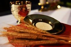 金黄酒杯, paten和罗马misal 免版税图库摄影