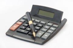 金黄铅笔和一个计算器在白色背景 免版税库存图片