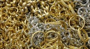 金黄链子和项链和假jewelery为销售排列我 库存照片