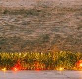 金黄闪亮金属片和光诗歌选在一个老谷仓上 免版税库存图片
