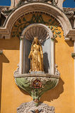 金黄雕塑看法在Vence教会门面适当位置的  免版税库存照片