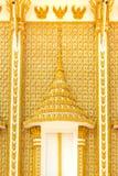 金黄雕刻在寺庙的窗口 免版税库存图片