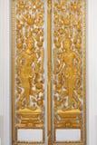 金黄雕刻在寺庙的门 库存图片