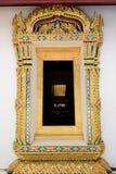 金黄雕刻的木窗口在读的屋顶下 免版税库存图片