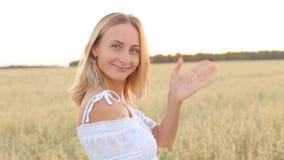 金黄领域的秀丽微笑的女孩 笑和愉快的年轻式样妇女 股票视频