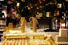 金黄颜色圣诞节礼物 库存照片