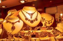 金黄首饰在商店窗口里 库存图片
