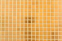 金黄马赛克墙壁 免版税库存照片