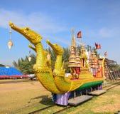 金黄驳船天鹅和移动式摄影车在草坪 免版税库存图片