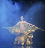 金黄鸟通过云彩错觉土耳其腹部舞蹈这奥地利的世界舞蹈 库存图片