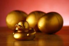 金黄鸡蛋和金黄鸭子 免版税库存照片