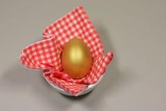 金黄鸡蛋被仿造的餐巾 免版税图库摄影
