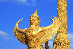 金黄鹰报泰国样式雕象艺术 图库摄影