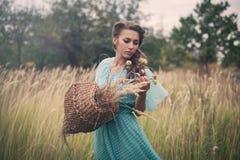 金黄麦子的少妇 免版税库存照片