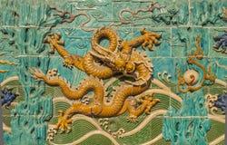 金黄龙装饰墙壁 免版税图库摄影